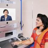 """Singapore: Khách rút tiền ATM """"chát"""" video trực tiếp với ngân hàng"""