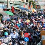 Hàng chục nghìn người đội nắng trở lại Sài Gòn sau lễ
