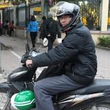 Sinh viên chạy xe ôm, bán hàng... mưu sinh dịp Tết