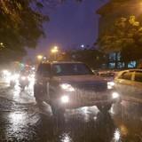 Mưa lớn khiến nhiều tuyến phố ở Hà Nội bị ngập