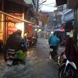 Mưa to kéo dài, người Hà Nội bì bõm đường ngập về nhà