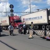 Biển giao thông ở Sài Gòn quật người đi đường ngã trọng thương
