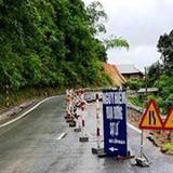 Quốc lộ nứt toác sau mưa bão