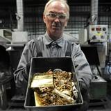 Giá vàng rút khỏi đỉnh 1 năm, chốt tuần sa sút
