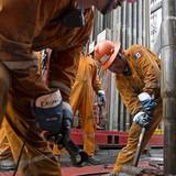 Giá dầu sụt mạnh 2% khi đồng USD tăng giá