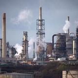 Giá dầu bị hạn chế đà tăng vì USD leo dốc