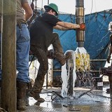 """Giá dầu rớt từ đỉnh 18 tháng xuống """"hố"""" 2 tuần"""