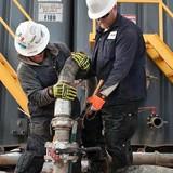 Giá dầu tăng gần 1% khi đồng USD thất thế