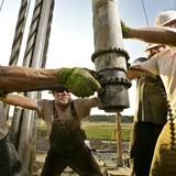 Giá dầu mất mốc 50USD lần đầu từ tháng 6