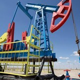 Giá dầu thoát đáy 6 năm khi USD sụt giá