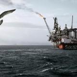 Giá dầu tăng nhẹ khi nguồn cung xăng và diesel sụt mạnh bất ngờ