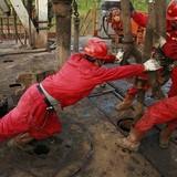 Giá dầu lội ngược dòng nhờ trữ lượng gia tăng tại Mỹ