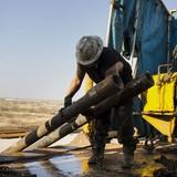 Giá dầu liên tiếp bắt đáy trước sức ép nguồn cung