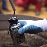 """Giá dầu """"lưu luyến"""" đáy 2 tuần sau số liệu tồn kho tăng"""