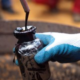 Giá dầu vượt 3% khi số người Anh phản đối Brexit tăng