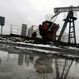 Giá dầu thô bám đáy 2 tháng rưỡi