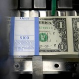 Giới đầu tư tìm về đồng USD khi thị trường bình ổn