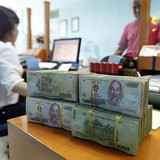 """Bloomberg: Tiền đồng """"áp sát"""" trần giao dịch khi đồng nhân dân tệ chạm đáy"""