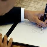 Thấy gì qua bút tích của Tổng thống Obama tại Nhà sàn Bác Hồ?