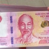 Chen lấn mua tiền 100 đồng lưu niệm tại TP.HCM