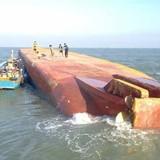 Tàu 2.000 tấn chìm ở TP.HCM, 5 người mất tích