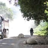 Bức xúc vì ô nhiễm, dân lấy đá chặn xe tải