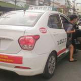 Nhiều taxi ở TP.HCM đồng loạt dán decal phản đối Grab và Uber