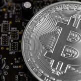 Lần đầu tiên trong lịch sử bitcoin chạm đỉnh 5.200 USD