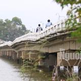 Hàng ngàn người liều mình lưu thông qua cây cầu sắp sập