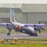 Máy bay hạ cánh ở Anh không có bánh trước, 56 người thoát chết