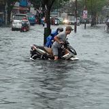 Hà Nội chìm trong đợt mưa rét, các tỉnh Nam Trung Bộ lũ đang lên