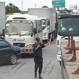 Công an làm việc với nhiều tài xế trả tiền lẻ qua trạm BOT Quốc lộ 5