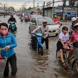 [Ảnh] Hàng loạt người Sài Gòn ngã nhào trong biển nước sau mưa