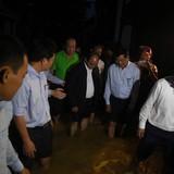 Thủ tướng lội nước, thị sát phố cổ Hội An