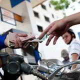 Nhà nước can thiệp giá xăng, điện: Trên 60% người không hưởng lợi