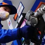 Giá xăng giảm mạnh hơn 860 đồng/lít