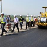 """OTP FLC - Cienco 1 thử nghiệm """"nhựa đường cao su hóa"""" trên cầu Thanh Trì"""