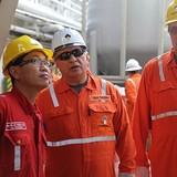 Lãnh đạo Rosneft và Petrovietnam thăm giàn khoan thăm dò ngoài khơi Việt Nam