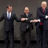 Ông Medvedev không chéo tay khi chụp ảnh với các nhà lãnh đạo tại hội nghị thượng đỉnh ASEAN