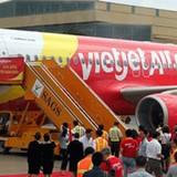 Doanh nghiệp 24h: Hành khách Vietjet có số vé vẫn phải xin... ngồi nhờ