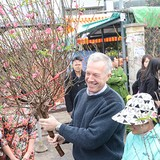 U.S. Ambassador Ted Osius Shows Love for Vietnamese Traditions