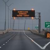 Giá dầu giảm 1,6% trong tuần khi siêu bão đổ bộ vào Mỹ