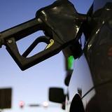 Giá dầu giảm do tồn kho tăng lần đầu tiên trong vòng 10 tuần