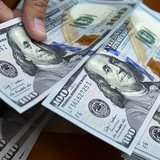 Đồng USD trượt dốc sau số liệu kinh tế, đồng bảng Anh tăng vọt