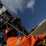 Giá dầu vượt mốc 60 USD lần đầu trong vòng hơn 2 năm