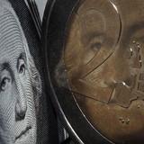 """Đồng USD """"nhường bước"""" trước đồng euro"""