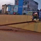 Sắt tuột cáp cẩu rơi ở tuyến đường sắt Nhổn - Ga Hà Nội
