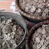 Hà Nam: Đào móng xây bể, phát hiện chum chứa hơn 50kg tiền cổ