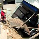 Sạt lở nghiêm trọng, 3 căn nhà chìm xuống sông