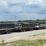 Đoàn xe quá tải dán logo lạ bị xử lý